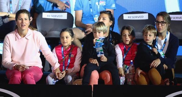 MirkaFederer2018AustralianOpenPreviewsuVOnTr3JjcYl 1 - Federerjevi otroci služijo s prodajo limonade