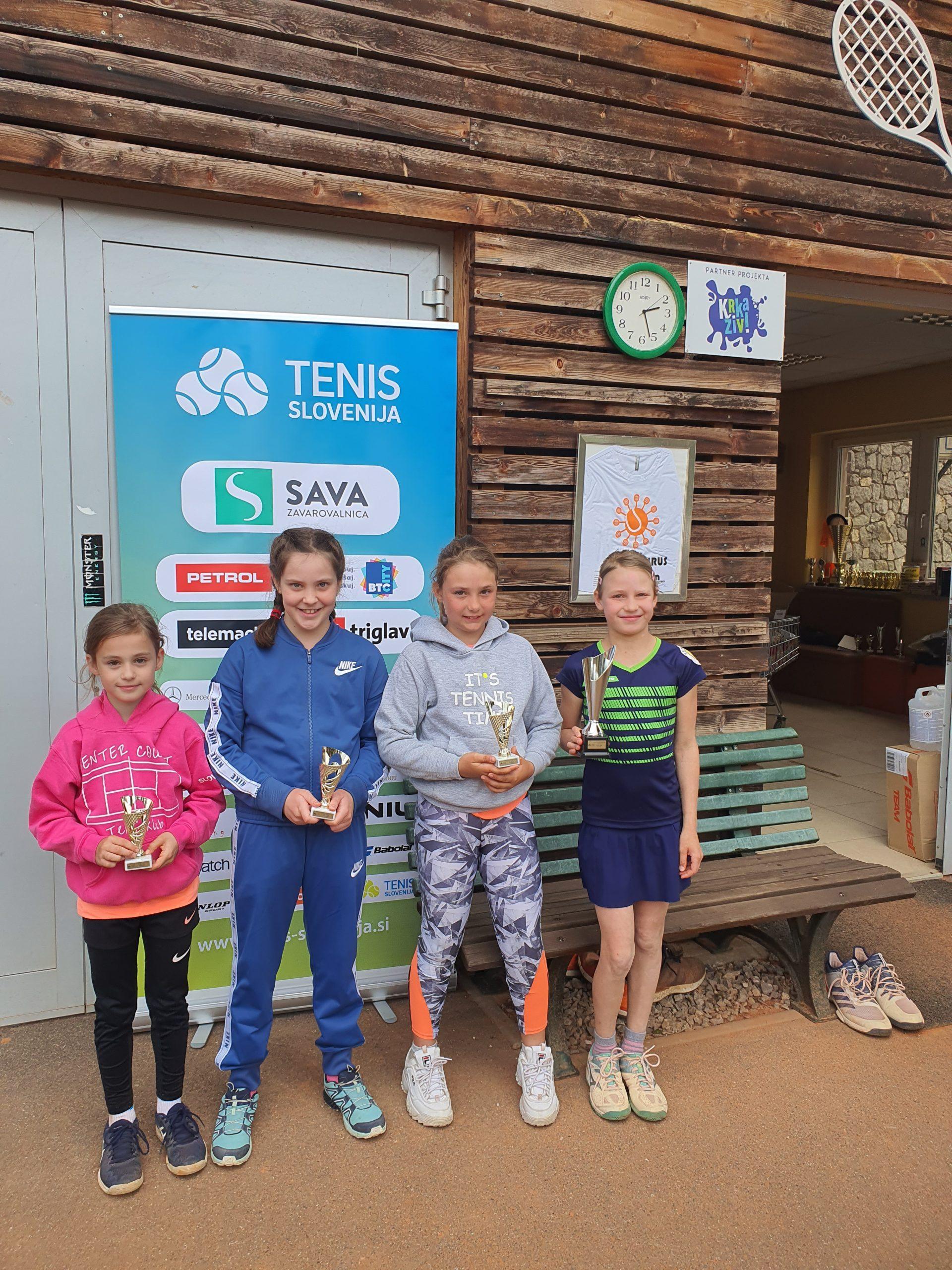 tenis 10 deklice scaled - U10 in U11: Tekmovalci navdušili z borbenostjo in nepopustljivostjo