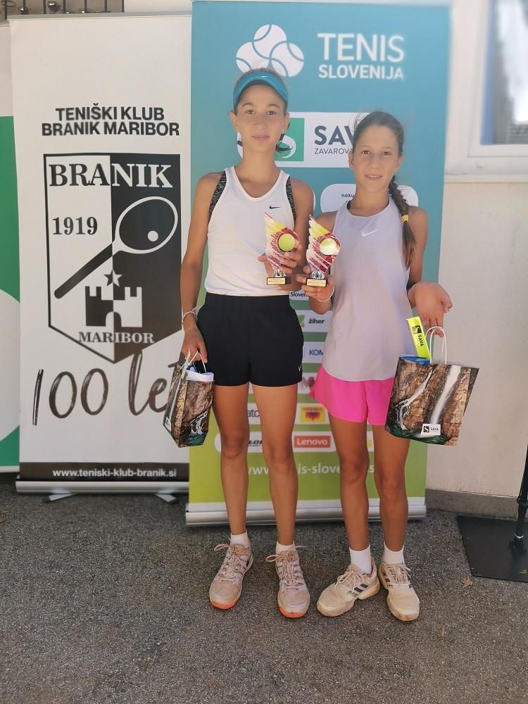 Finalistki A turnirja Ela Plošnik in Zala Bizjak.