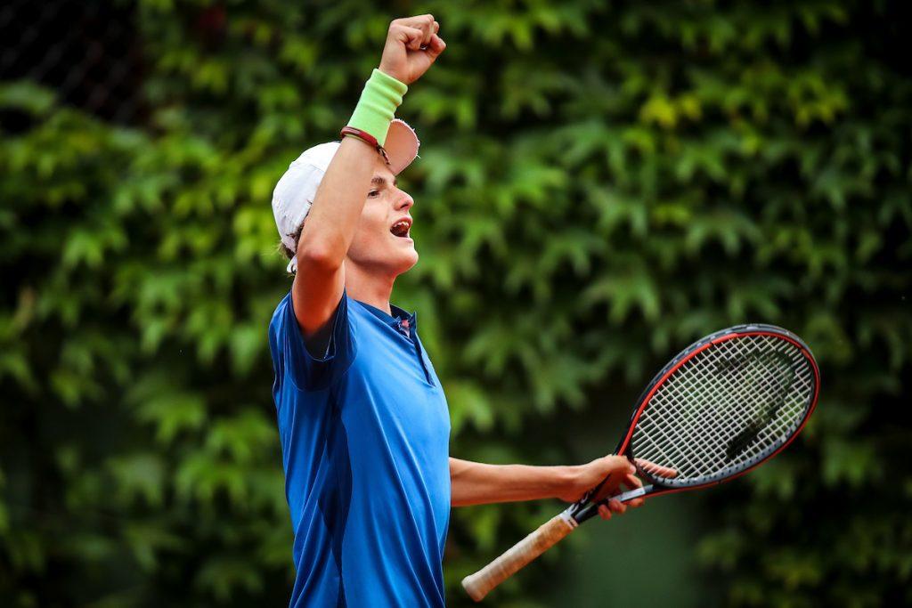 Artnak Bor stisnjena pest 1024x683 - ITF: Artnak v Frankfurtu zmlel finalnega nasprotnika in osvojil prvi turnir v letu 2021! (DOPOLNJENO)