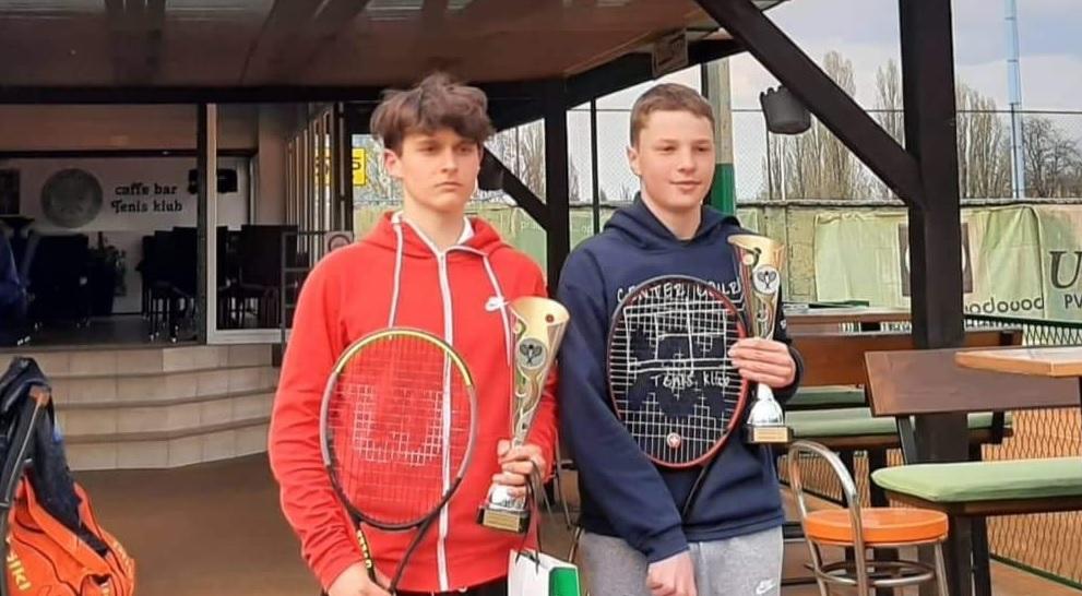 AngHri - Tennis Europe: Angeli in Hribar v Solinu še zmago oddaljena do medsebojnega boja za finale
