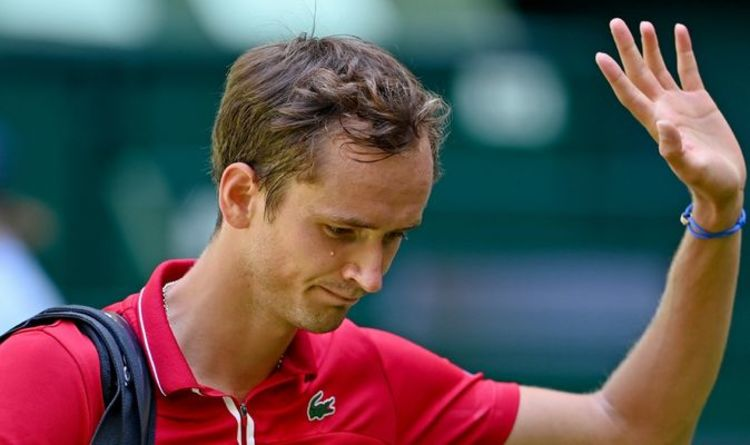 Roger Federer and Novak Djokovic Wimbledon threat Daniil Medvedev put - ATP Halle: Medvedev v prvi tekmi neuspešen; Rus brcnil v oglasni pano