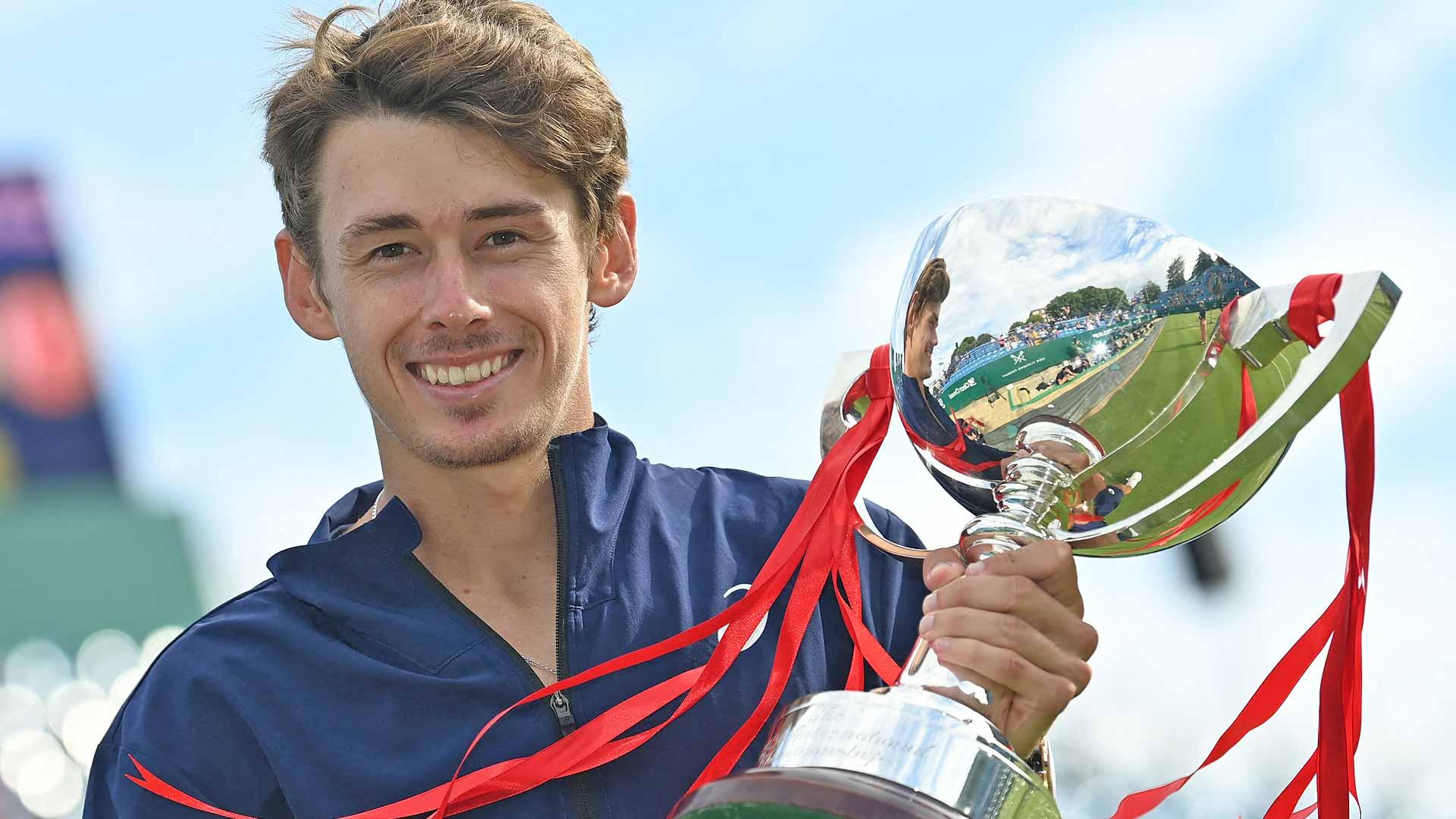 de minaur eastbourne 2021 trophy shot - Avstralec zmagal v Eastbournu
