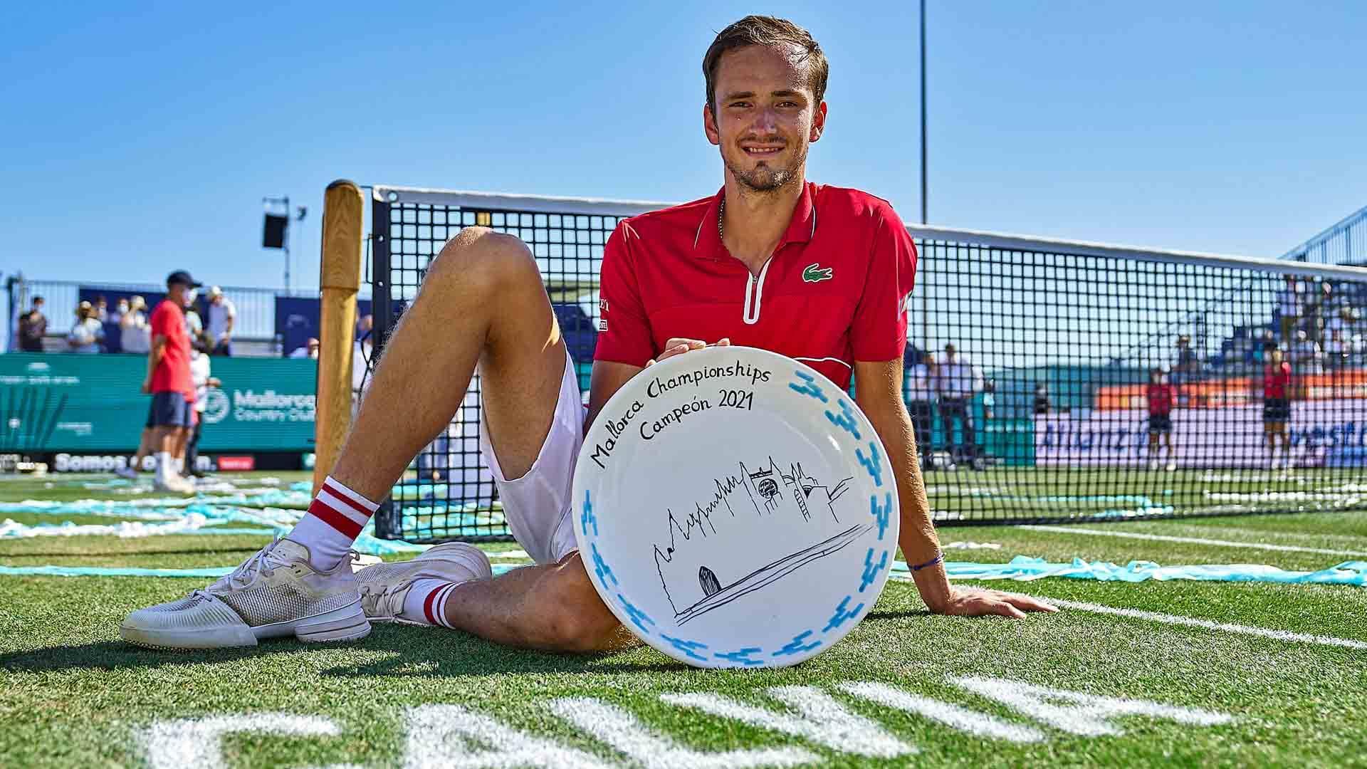 medvedev mallorca 2021 saturday trophy - Drugi tenisač sveta zmagoslaven na Mallorci