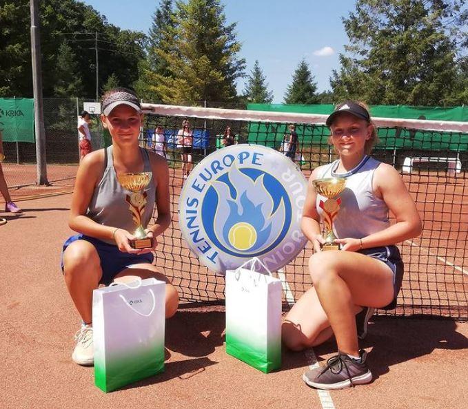 eva julija - Julija Bogatin in Eva Cikajlo do naslova na Tennis Europe U14 turnirju na Otočcu