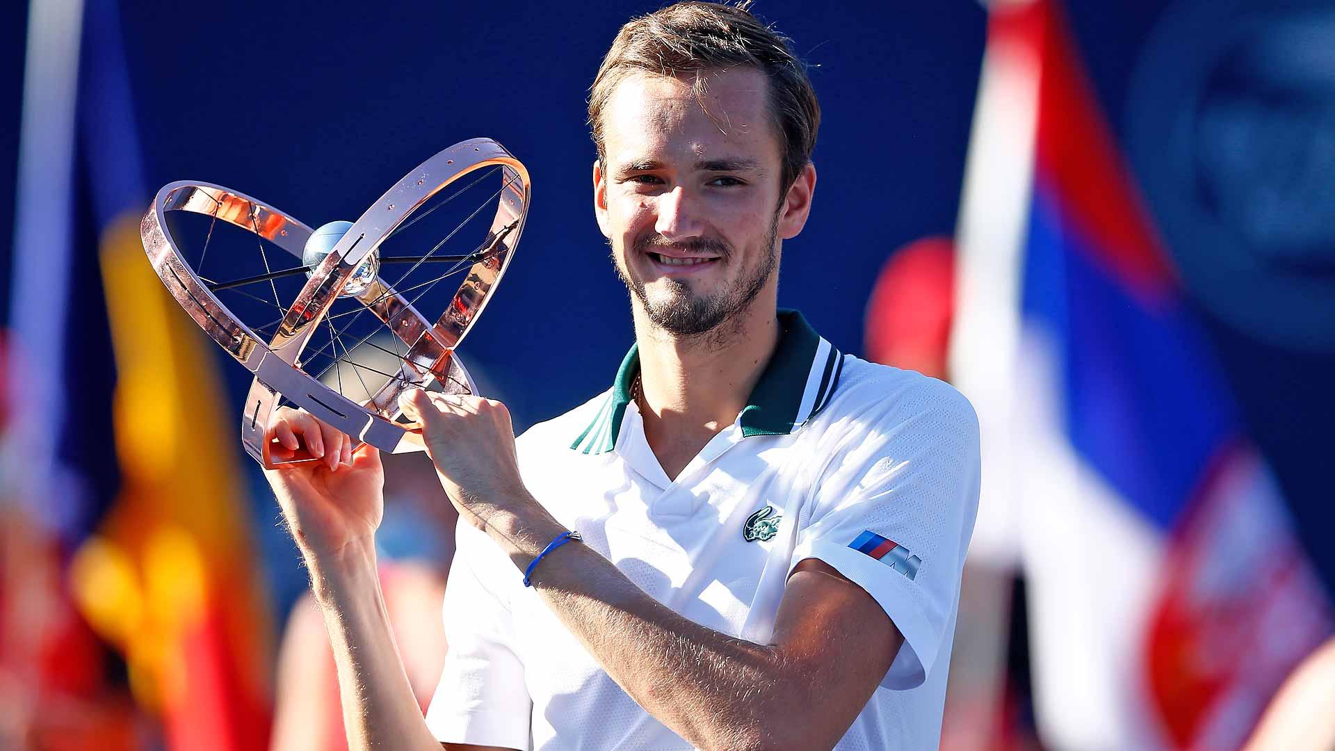 medvedev toronto 2021 trophy - ATP Toronto: Medvedev novi šampion, Opelka igral izvrstno, a Rus je našel način