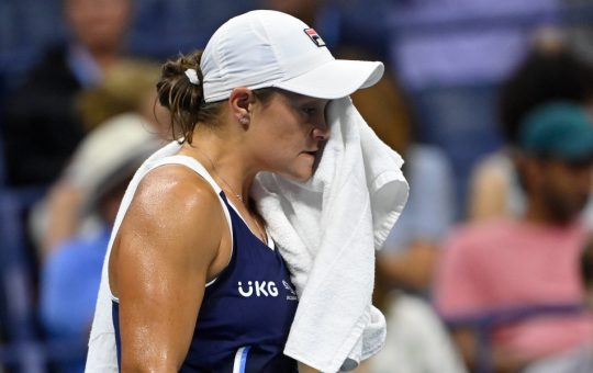 Ashleigh Barty wipes her face 540x340 - Ashleigh Barty odpovedala nastop v Indian Wellsu