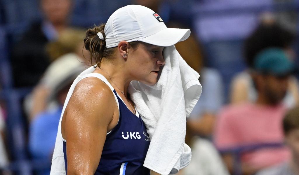 Ashleigh Barty wipes her face - Ashleigh Barty odpovedala nastop v Indian Wellsu