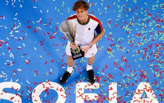 sinner sofia final 2021 sunday trophy 540x340 - ATP Sofia: Sinner ugnal Monfilsa za četrto lovoriko